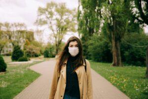 Memadukan masker dengan busana yang dipakai