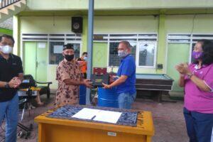 Kadiskoperindag Kota Malang Drs Wahyu Setianto MM (Berbaju Biru) menyerahkan bantuan secara simbolis kepada Ketua Paguyuban Sentra Keramik Dinoyo Sony Suharto, Jumat (18/12).