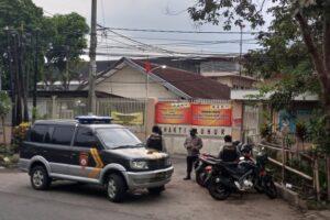 aparat keamanan terpantau terus melakukan penjagaan di pintu masuk Bhakti Luhur