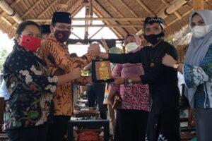 Ki Demang menerima cindera mata dari Daniel Rohi anggota komisi B DPRD Jatim