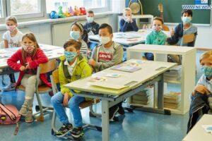 menunda anak masuk sekolah