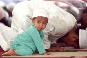 mengajarkan sholat tarawih pada anak
